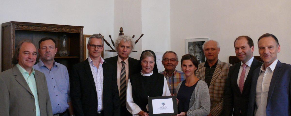 Die Vorstandschaft stellt zusammen mit Nils Wittmann und Renate Härtl das neue erstellte Logo vor
